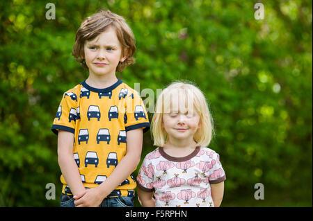Schweden, Vastergotland, Lerum, Porträt der Geschwister (4-5, 6 und 7) im freien - Stockfoto