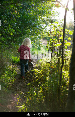 Schweden, Vastergotland, Lerum, Mädchen (4-5) im Wald - Stockfoto