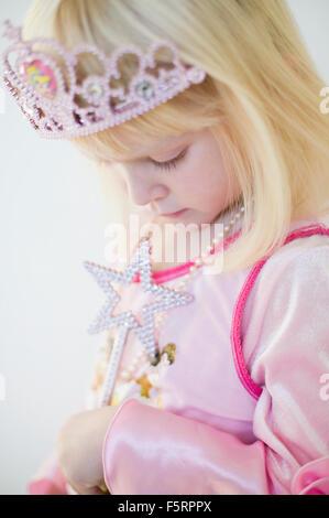 Schweden, Seitenansicht des Mädchens (4-5) in Prinzessin Kostüm - Stockfoto