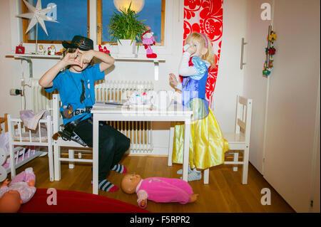 Schweden, Vastergotland, Lerum, Porträt der Geschwister (4-5, 6 und 7) in Kostümen - Stockfoto