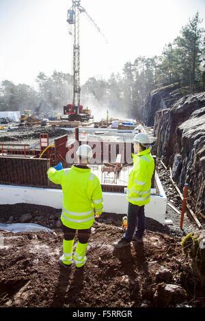 Schweden, Bohuslan, kantiger, zwei Arbeiter auf Baustelle - Stockfoto