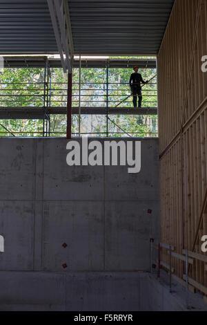 Schweden, Bohuslan, kantiger, Remote Mann in Bauarbeiterhelm auf Baustelle - Stockfoto