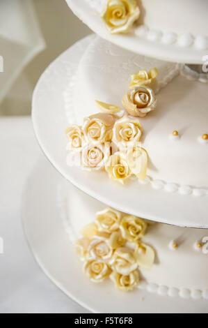 Hochzeitstorte dekoriert mit gelben Blume stieg Knospen - Stockfoto