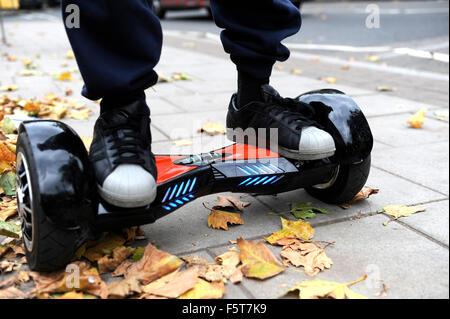 Junger Mann reitet ein Hoverboard auf einen öffentlichen Fußweg in London. Sie sind jetzt in allen öffentlichen - Stockfoto