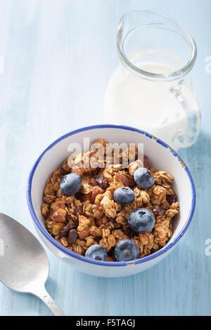 hausgemachtem gesundes Müsli in die Schüssel zum Frühstück - Stockfoto