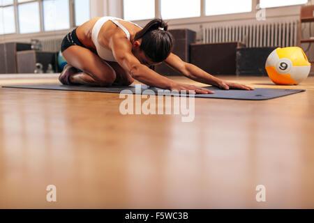 Aufnahme einer jungen Frau beim Yoga im Fitness-Studio-Stock. Muskulöse weibliche tun stretching Training im Health - Stockfoto