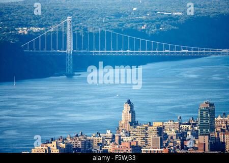 Luftaufnahme der Upper West Side von Manhattan mit George Washington Bridge und Hudson River. New York City. - Stockfoto
