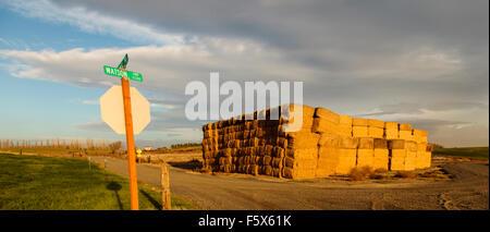 Straßenschild und Heuhaufen in Walla Walla Valley, in der Nähe von Touchet Eastern Washington, Nordamerika USA - Stockfoto