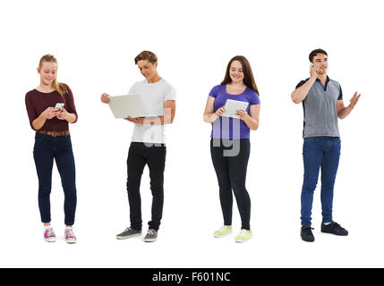 Studioaufnahme von Teenagern mit Kommunikationstechnik - Stockfoto