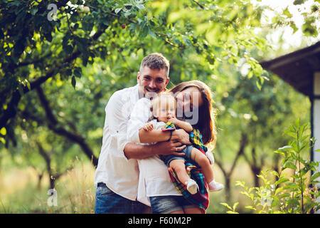 Papa, Mama und kleine Mädchen auf dem Bauernhof - Stockfoto