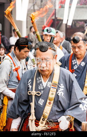 Japan, Nishinomiya, Mondo Yakuji Tempel. Nahaufnahme der Besitz der Priester tragen Yamabushi (Krieger, Mönch), - Stockfoto