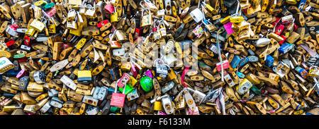 Schlösser der Liebe auf dem Geländer der Brücke Pont des Artes, Paris, Ile de France, Frankreich - Stockfoto