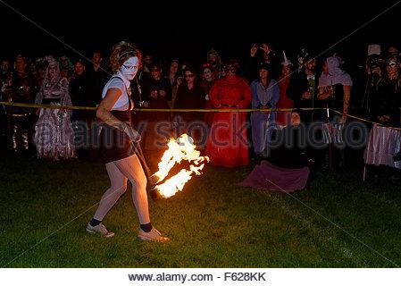 Feuer Leistungsbereich, Parade of Lost Souls Festival, Commercial Drive, Vancouver, Britisch-Kolumbien, Kanada - Stockfoto