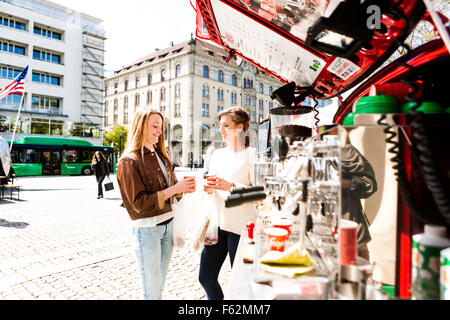 Freundinnen von Kaffee Stall stehend - Stockfoto