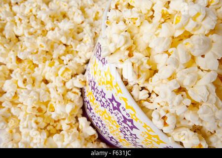 Nahaufnahme der Popcorn in großen Eimer - Stockfoto