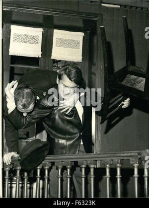 1972 - Jean Marais:Wrists noch bandagiert: Jean Marais, der berühmte Bildschirm-Schauspieler, der seine Handgelenke - Stockfoto