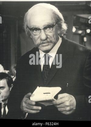 1965 - Dr. Schweizer? Nein, Jean Marais. OPS: Ein weiteres außergewöhnliches Make-up Bildschirm Schauspieler Jean - Stockfoto