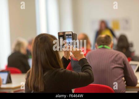 eine Frau benutzt eine Smartphone um ein Foto aufzunehmen - Stockfoto