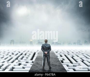 Geschäftsmann am Labyrinth, Metapher für Schwierigkeiten im Geschäft und den Stress des täglichen Lebens - Stockfoto