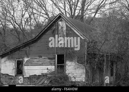 Ausgediente Scheune in der Nähe von Leipers Gabel Tennessee in schwarz und während - Stockfoto