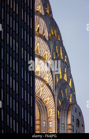 Detail der beleuchtete Jugendstil-Krone von Midtown Manhattan Chrysler Building vor Einbruch der Dunkelheit. New - Stockfoto