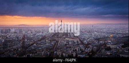 Panorama Sonnenuntergang Luftaufnahme von Paris mit dem Eiffelturm, La Défense und Invalides und Gewitterwolken. - Stockfoto