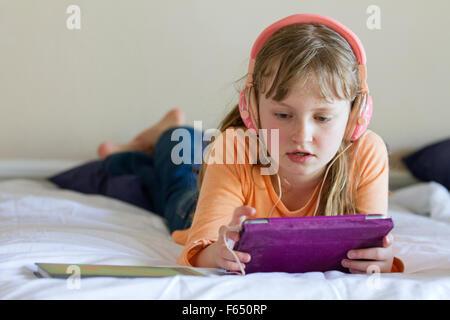 Nackte Mädchen auf dem Bett liegend Stockfoto, Bild