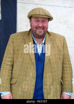 CHESTERFIELD, DERBYSHIRE, UK. 29. OKTOBER 2015.  Antiquitäten TV Promi James Lewis an der Antiquitätenmarkt in Chesterfield - Stockfoto
