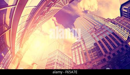 Vintage getönten fisheye-Objektiv Foto von Wolkenkratzer in Manhattan bei Sonnenuntergang, New York City, USA. - Stockfoto