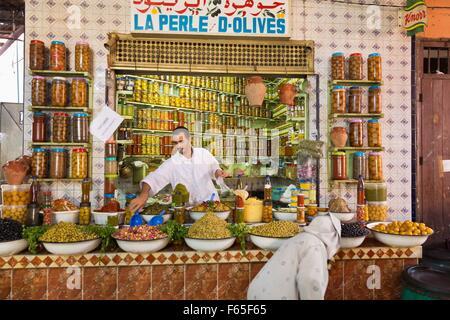 Eine Olive Stand in der Markthalle in Marrakesch, Marokko - Stockfoto