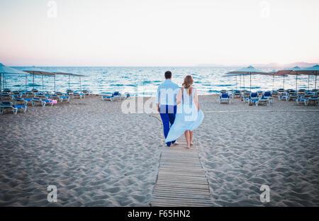gerade geheiratet zu Fuß am Strand - Stockfoto
