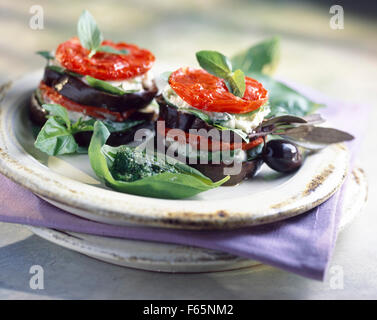 Auberginen, Tomaten und Mozzarella Mille-Feuille mit pistou - Stockfoto