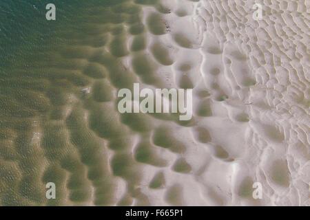 Luftaufnahme der wellige Sand entlang der Küste - Stockfoto