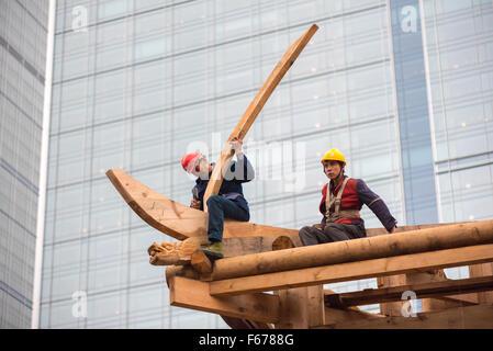 Chengdu, Provinz Sichuan, China - November 13, 2015: Chinesische Zimmerleute auf einem Tempel der Bauarbeiten an - Stockfoto