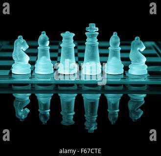 Schachfiguren auf überprüfen Board mit Reflexion und Blauton - Stockfoto