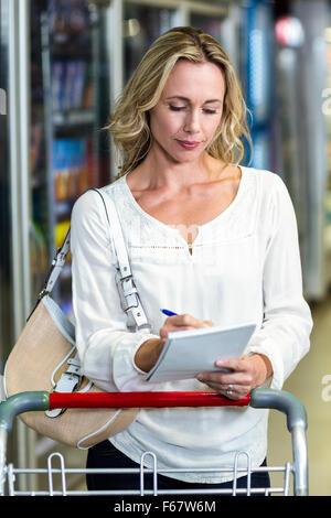 Blonde Frau Überprüfung Liste - Stockfoto