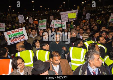 Wembley, London, UK. 13. November 2015. Inmitten hoher Sicherheitsmaßnahmen demonstrieren Hunderttausende Demonstranten - Stockfoto