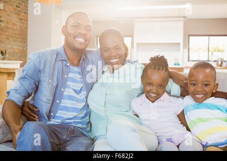 Glückliche Familie entspannen auf der couch - Stockfoto