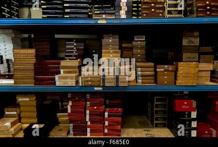 Rochester, New Hampshire, USA. 13. November 2015. Zigarrenkisten werden gestapelt und C. B. Gitty Crafter Supply - Stockfoto