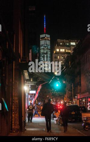 New York, USA. 13. November 2015.  Die 408 Fuß Turmspitze des One World Trade Center (Freedom Tower) leuchtet in - Stockfoto