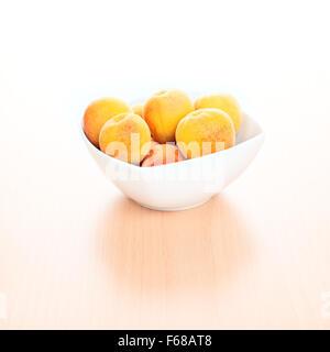 Frische reife aprikosen in holz korb ber wei stockfoto for Hintergrund kuche glas
