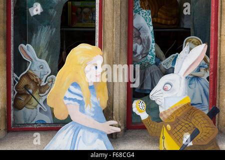 Alice im Wunderland-Statue an der Alice-Shop in Oxford - Stockfoto