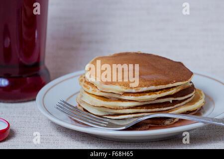 Stapel von Pfannkuchen, Frühstück am Tisch