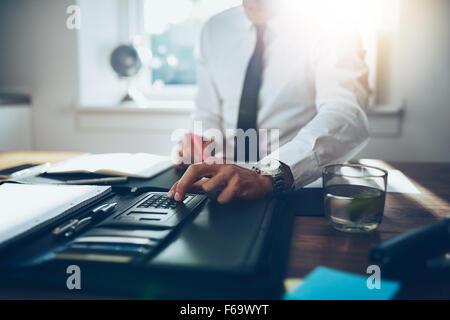 in der Nähe Konten, Business Mann oder Rechtsanwalt Steuerberater arbeiten auf Verwendung eines Taschenrechners - Stockfoto