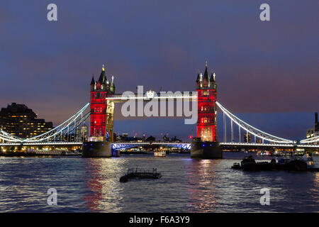 London, UK. 15. November 2015. Londoner Wahrzeichen, Tower Bridge ist in blau-weiß-rote Lichter bei Nacht beleuchtet - Stockfoto