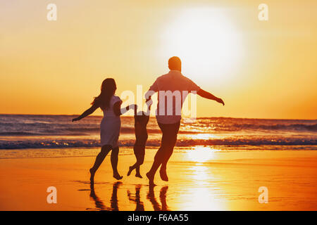 glückliche sommer urlaub plakat. strand-schiff-cocktail-sonnenbrille vektor abbildung - bild