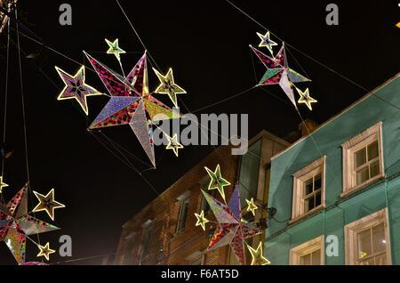 Beleuchtete Sterne bilden Teil der 2015 Weihnachtsbeleuchtung auf der Carnaby Street, London, England, UK - Stockfoto