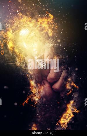 Kraft der kreativen Energie und neue Ideen und Einsichten, hand mit Glühbirne als Metapher für Innovation und Kreativität, - Stockfoto
