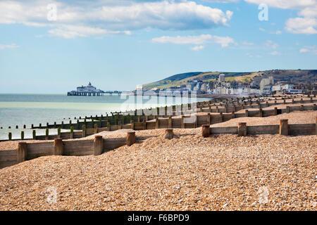 Ansicht von Eastbourne Pier und Beachy Head Klippen in der Ferne, Eastbourne, Großbritannien - Stockfoto