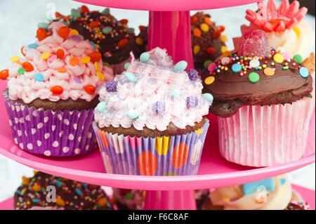 Bunte Cupcakes für eine Partei auf eine Kuchenplatte - Stockfoto
